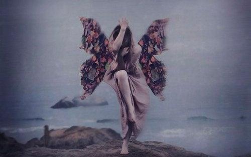 donna con ali che vola sull'abisso