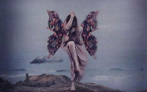 donna con ali di farfalla