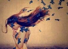 riempire vuoti donna-con-farfalle-blu-tra-i-capelli-500x314