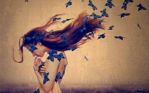 donna con farfalle tra i capelli perdono