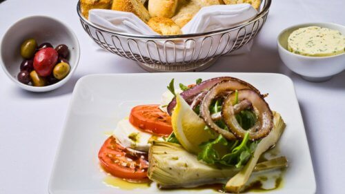 insalata carciofo, rucola e cipolla rossa