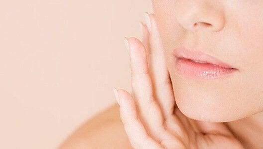 Per effettuare la pulizia del viso con l'aceto di mele avete bisogno dell'aceto di mele e di un batuffolo di cotone