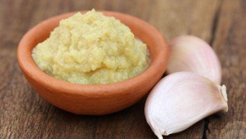 Ringiovanire il volto con l'aglio