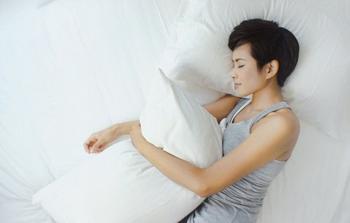 ragazza dorme e abbraccia il cuscino