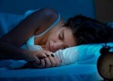ragazza dorme in posizione laterale