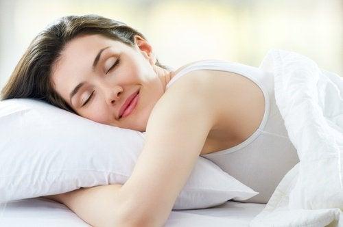 ragazza felice dorme a pancia in giù