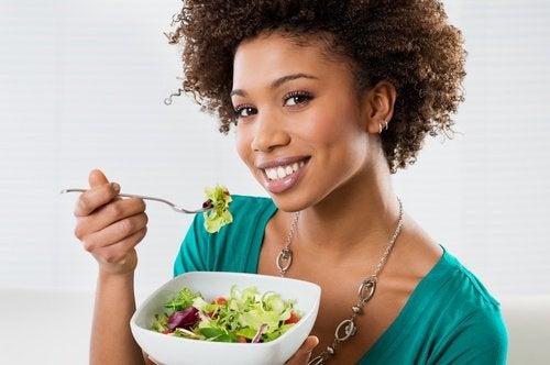 ragazza placa l'appetito con insalata