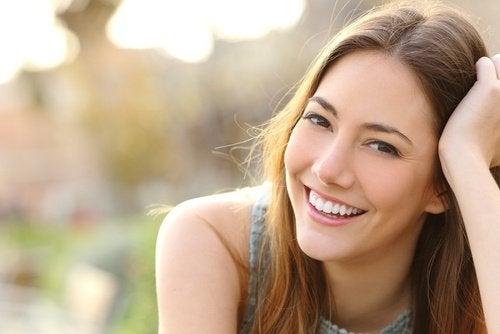 ragazza ride di felicità