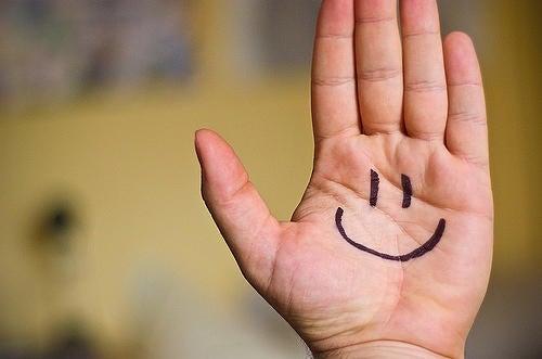 Faccina felice su di una mano