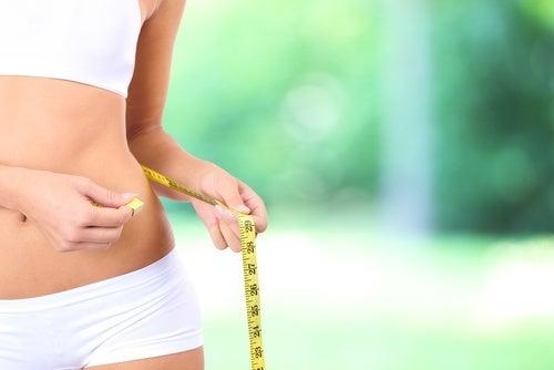 donna misura il giro vita con il centimetro