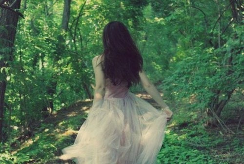 Donna-che-scappa-nel-bosco