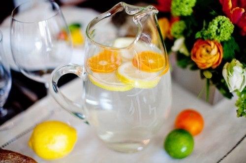 Bevanda con frutta e erbe per smettere di fumare