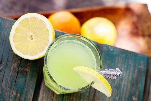 acqua e succo di limone