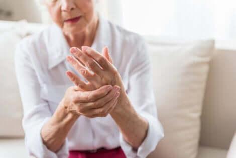Donna affetta da artrite.
