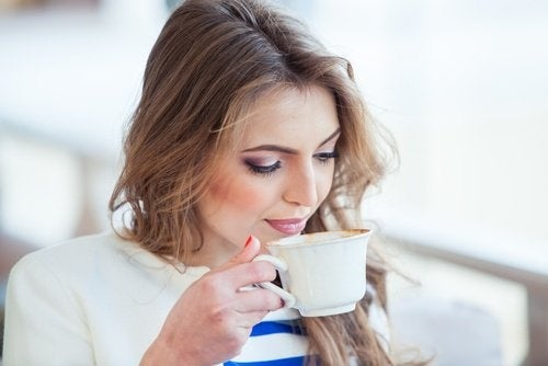 donna bevendo caffè