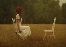 donna che guarda la sedia vuota