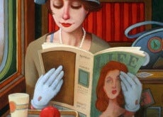 donna che legge una rivista sul treno