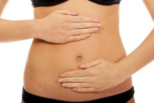 donna che si tocca lo stomaco