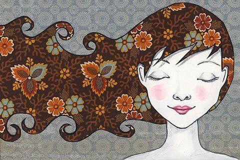 Donna con occhi chiusi e capelli al vento