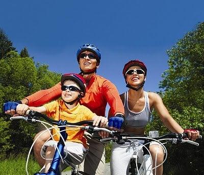 famiglia che va in bicicletta