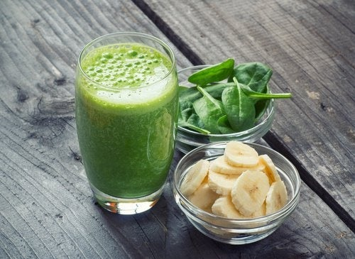 frullati detox banana e spinaci
