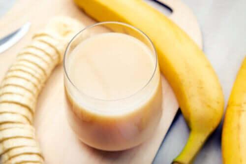 Latte di mandorle, papaya e banana per le articolazioni fragili