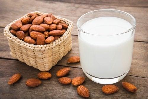 Preparare il latte di mandorle e di cocco in casa