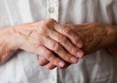 mani signora anziana