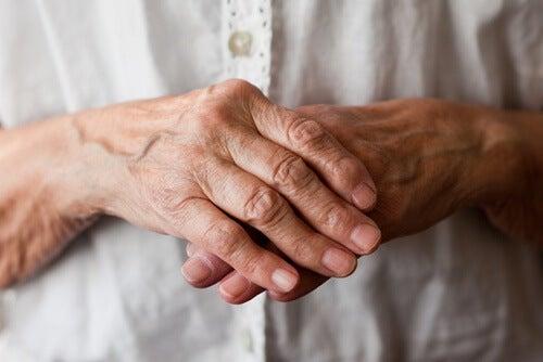 8 rimedi naturali per combattere l'artrite a mani e polsi