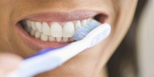 Cosa succede se non laviamo i denti per molto tempo?