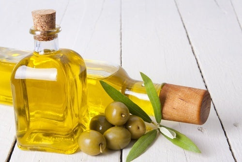olio d'oliva e olive verdi