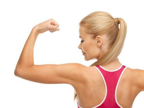 ragazza bionda fa vedere i muscoli