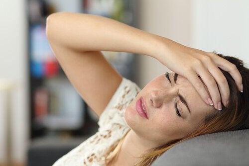 ragazza soffre di mal di testa
