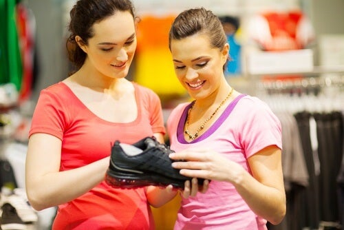 ragazze che comprano scarpe da ginnastica