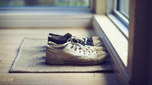 Togliersi le scarpe quando si entra in casa? Ecco perché