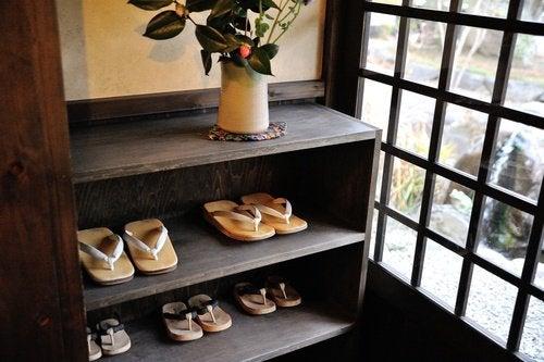 scarpiera con scarpe