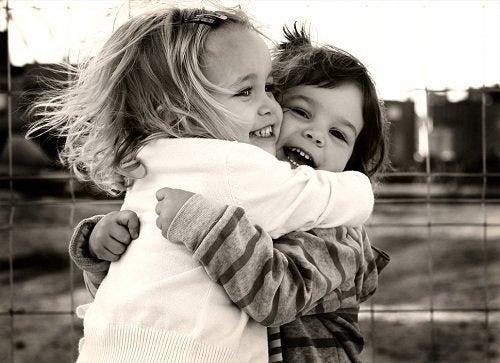 Un abbraccio tra bimbi