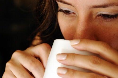 Acqua calda a digiuno: 7 benefici per il nostro corpo