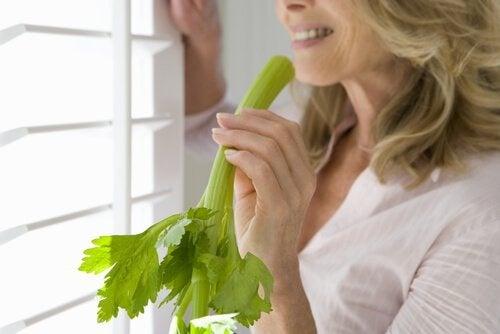Donna che mangia il sedano per rafforzare il colon