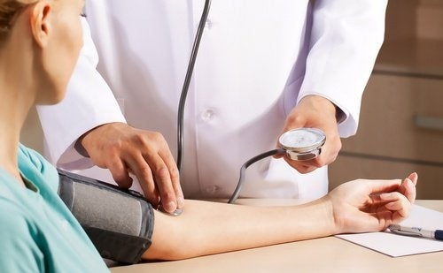 Potere terapeutico di un abbraccio - Medico misura la pressione