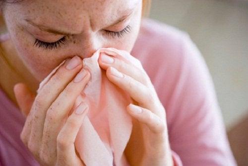 Uno dei sintomi più comuni della rinite sono le abbondanti secrezioni nasali