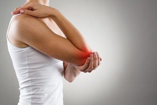 donna con infiammazione al gomito