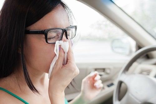 ragazza in macchina si pulisce il naso