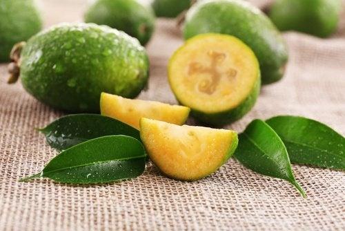 frutti e foglie di guava