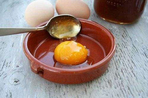 Uova e limone contro i capelli grassi