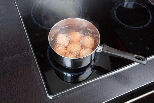 Acqua di cottura delle uova e succo di limone per sbiancare i capi