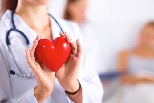 dottoressa con cuore finto in mano