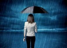scoraggiarsi donna sotto la pioggia