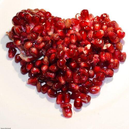 chicchi di melograno formano cuore