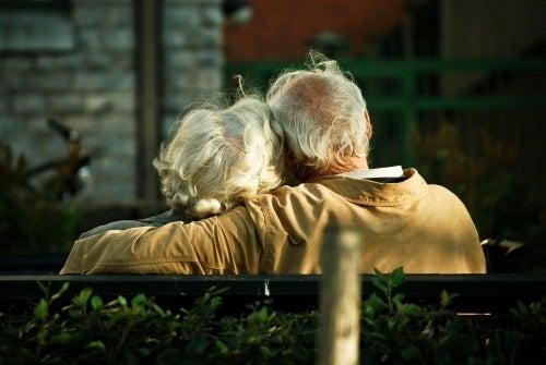 coppia anziana abbracciata sulla panchina